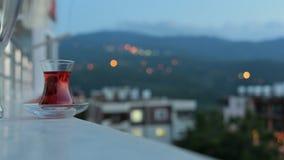 De bezinning en het licht van hemel met Turkse kop thee tijdens zonsondergang van dag aan nacht verstrijken neer in Turkije, Schu stock footage