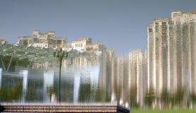 De bezinning in het water van het gebouw Royalty-vrije Stock Afbeelding