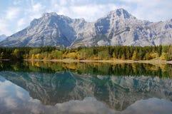 De bezinning van bergen Royalty-vrije Stock Afbeeldingen