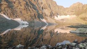 De bezinning van de bergenspiegel in het meer Het verbazende Landschap van de Berg altai Meer alla-Askyr stock footage