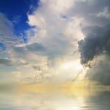 De Bezinning van Cloudscape over Kalm Water Stock Afbeelding