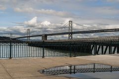 De bezinning van de Baaibridgesâ van San Francisco - van Oakland in een vulklei Royalty-vrije Stock Fotografie