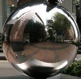 De Bezinning van de Bal van het glas - Singapore Royalty-vrije Stock Afbeeldingen
