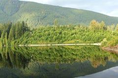 De bezinning van de berg in een meer stock afbeelding