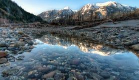 De Bezinning van de berg in nog de ZijPool van de Rivier Royalty-vrije Stock Afbeelding