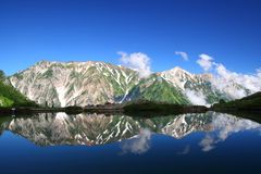 De bezinning van de berg in vijver Stock Foto's