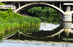 De bezinning van de brug in de rivier Royalty-vrije Stock Foto