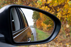De bezinning van de de herfstweg van de autospiegel Stock Foto's