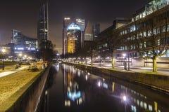 De bezinning van de de stadshorizon van Den Haag stock afbeeldingen