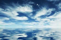 De bezinning van de hemel over het water Royalty-vrije Stock Fotografie