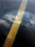 De bezinning van de hemel over weg royalty-vrije stock afbeelding
