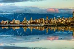 De Bezinning van de Horizon van de Stad van Vancouver Stock Foto