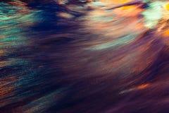De Bezinning van de Lichten van de stad Kleurrijke glans op het water Royalty-vrije Stock Foto