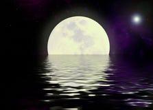 De bezinning van de maan en van het water Royalty-vrije Stock Foto's