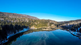 De bezinning van de ochtendhemel in de luchtfotografie van het de wintermeer Stock Afbeeldingen