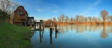 De bezinning van de rivier met watermill Stock Afbeelding