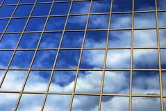 De bezinning van de spiegel van hemel Stock Foto's