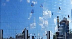 De bezinning van de spiegel van hemel en wolken Royalty-vrije Stock Foto