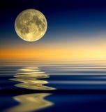 De bezinning van de volle maan Stock Foto
