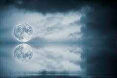 De bezinning van de volle maan stock foto's