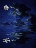 De bezinning van de volle maan in het water Stock Afbeelding
