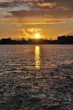 De bezinning van de zonsondergang over ijzige rivier Royalty-vrije Stock Afbeeldingen
