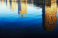 De bezinning van gebouwen in het water Stock Afbeeldingen