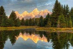 De bezinning van Grand Teton bij zonsopgang Royalty-vrije Stock Foto's