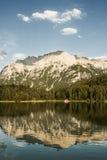 De Bezinning van het bergmeer Stock Afbeeldingen