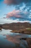 De Bezinning van het bergwater over Meer tijdens Zonsondergang Stock Foto