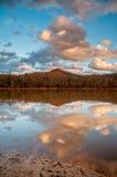 De Bezinning van het bergwater over Meer tijdens Zonsondergang Stock Afbeelding