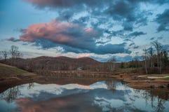 De Bezinning van het bergwater over Meer tijdens Zonsondergang Royalty-vrije Stock Afbeeldingen