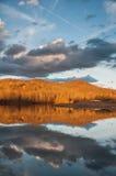 De Bezinning van het bergwater over Meer tijdens Zonsondergang Stock Fotografie