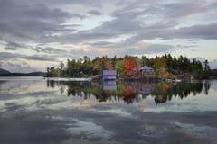 De bezinning van het huis en van het meer Stock Foto