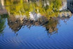De bezinning van het huis in rivierstroom, Knaresborough het UK Royalty-vrije Stock Afbeeldingen