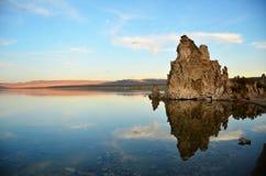 De Bezinning van het meer van Tufa Royalty-vrije Stock Afbeeldingen