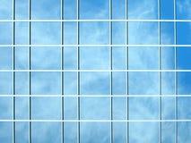 De bezinning van het venster - wolken op de achtergrond Stock Foto