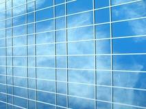 De bezinning van het venster - wolken op de achtergrond Stock Afbeeldingen