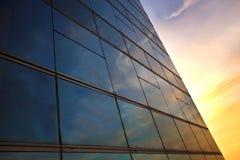 De bezinning van het venster in zonsondergangtijd Royalty-vrije Stock Afbeeldingen