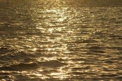 De bezinning van het water bij zonsondergang royalty-vrije stock fotografie