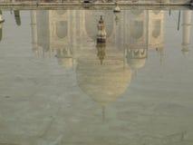 De bezinning van Mahal van Taj Stock Afbeeldingen