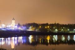De bezinning van de tempel in het meer met nachtlichten stock fotografie