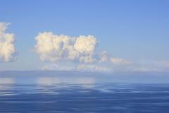 De bezinning van wolken royalty-vrije stock afbeelding