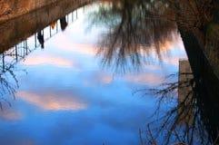 De bezinning van wolken bij zonsondergang royalty-vrije stock fotografie