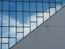 De bezinning van wolken in de bureaubouw Royalty-vrije Stock Afbeelding