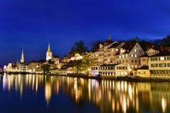 De bezinning van Zürich tijdens schemering blauw uur Stock Afbeelding