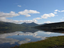 De bezinningen in Loch Scridain, overwegen stock foto's