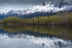 De bezinningen van Alaska in de lente met sneeuw afgedekte bergen als achtergrond stock foto's