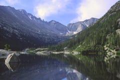 De bezinningen van de berg in een meer Royalty-vrije Stock Afbeeldingen