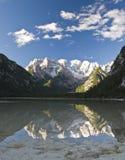 De Bezinningen van de berg over een Meer Stock Foto